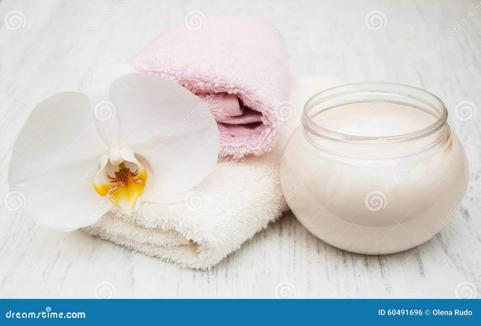 De kuuroordhoofdzaak roomt witte handdoeken en orchideeën af