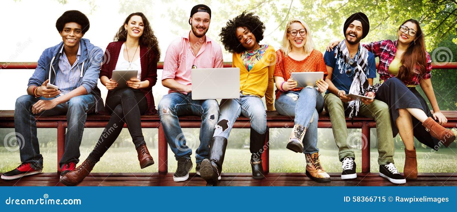 De la jeunesse d amis d amitié de technologie concept ensemble