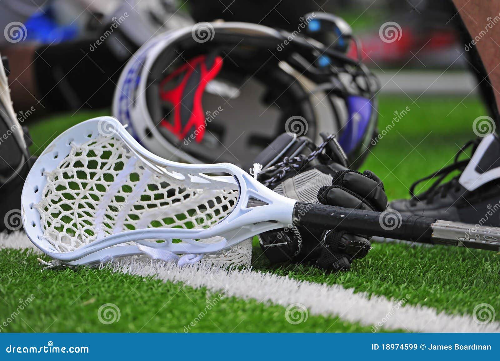 De lacrossestok en helm van jongens