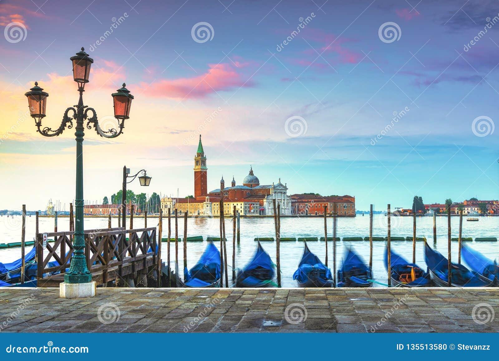 De lagune van Venetië, de kerk van San Giorgio, gondels en polen Italië