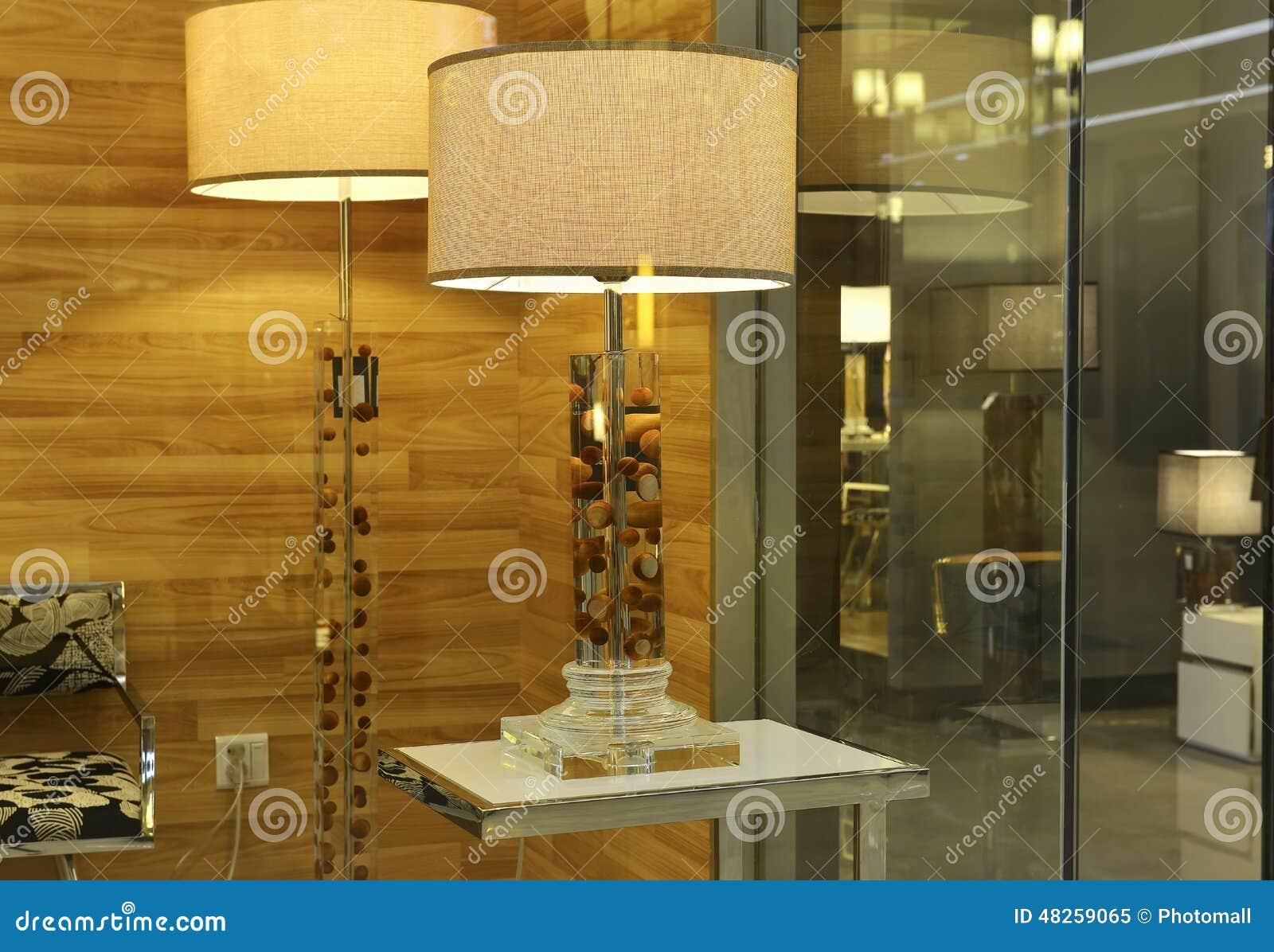 De lamp van het kristalbureau in het venster van de