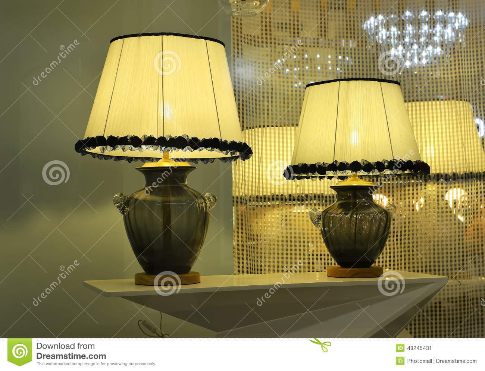 De lamp van het luxebureau in het venster van de
