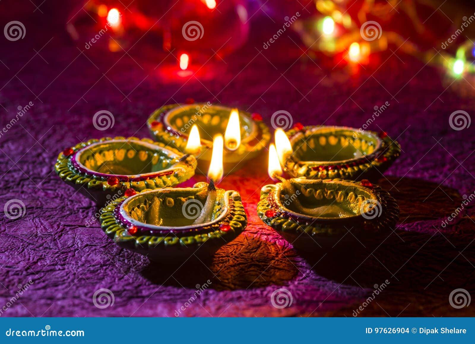 De lampen van kleidiya tijdens Diwali-Viering worden aangestoken die Groetenkaart DE