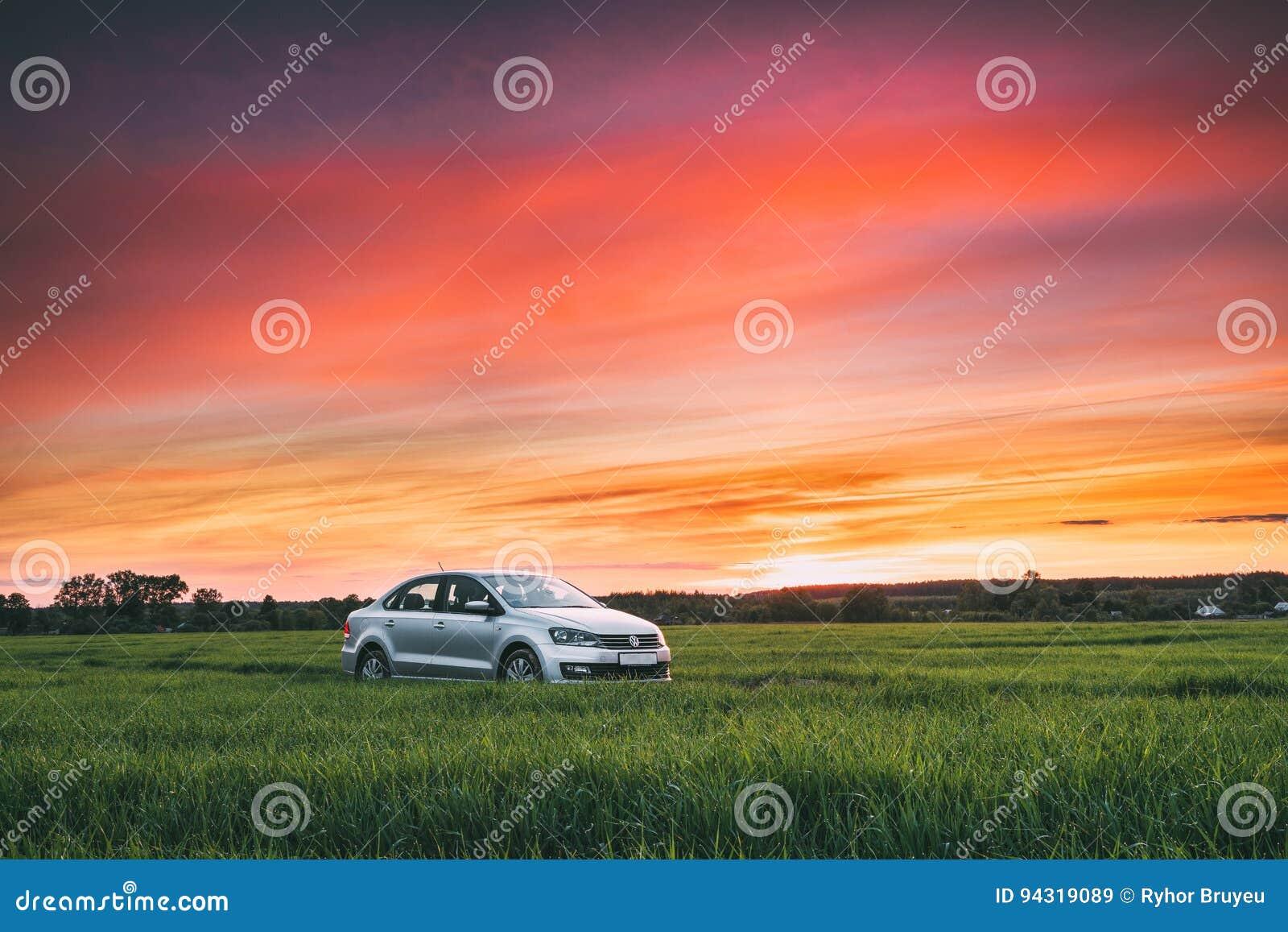 De Landweg van Volkswagen Polo Vento Car Sedan On in de Lentetarwe