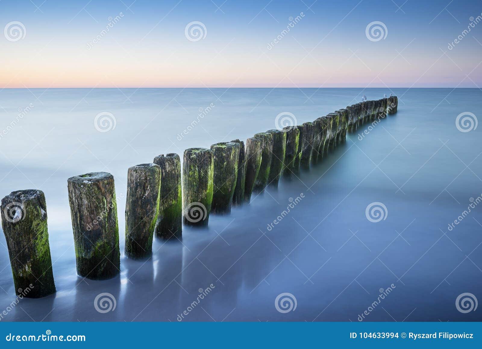Download De Lange Foto Van De Blootstellingsgolfbreker Stock Foto - Afbeelding bestaande uit golf, water: 104633994