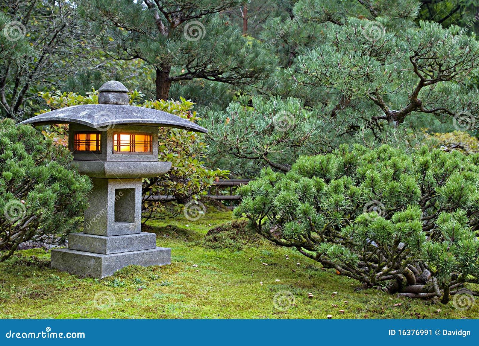 De lantaarn van de steen bij japanse tuin stock afbeelding afbeelding 16376991 - Deco van de tuin ...