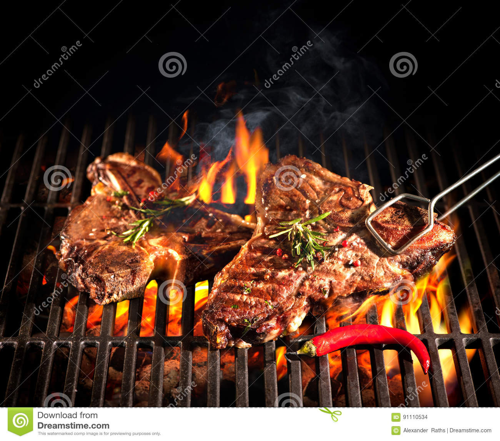 De lapjes vlees van de rundvleesrib op de grill