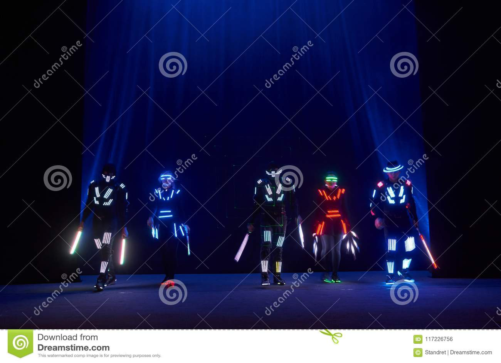 De laser toont prestaties, dansers in geleide kostuums met LEIDENE lamp, de zeer mooie prestaties van de nachtclub, partij