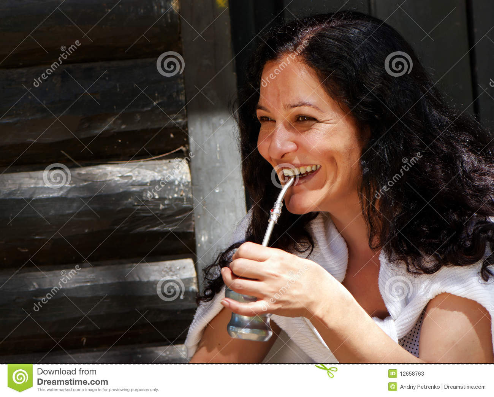 De Latijns-Amerikaanse vrouw die een partner drinkt