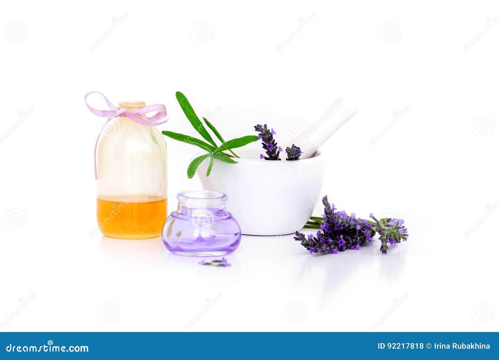 De lavendelbloemen, lavander halen, olie en montar met droge die bloemen op wit worden geïsoleerd