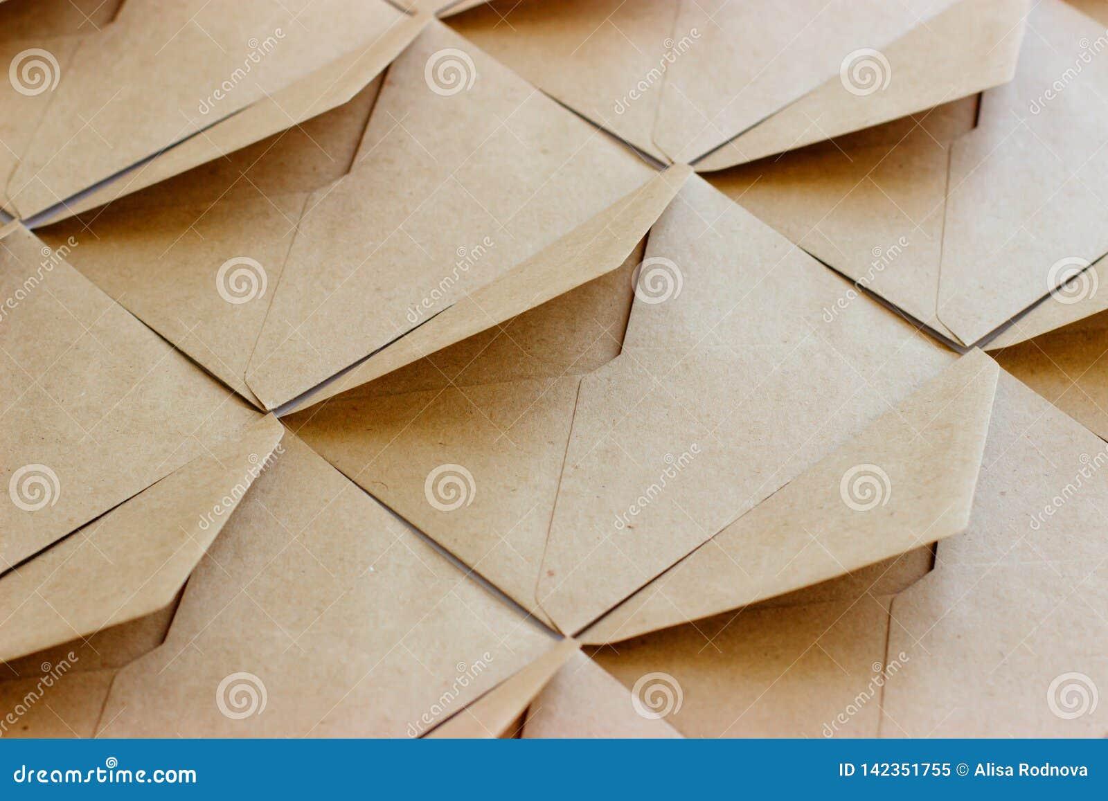 De lay-out van het envelopmalplaatje wordt gemaakt van bruin kraftpapier-document