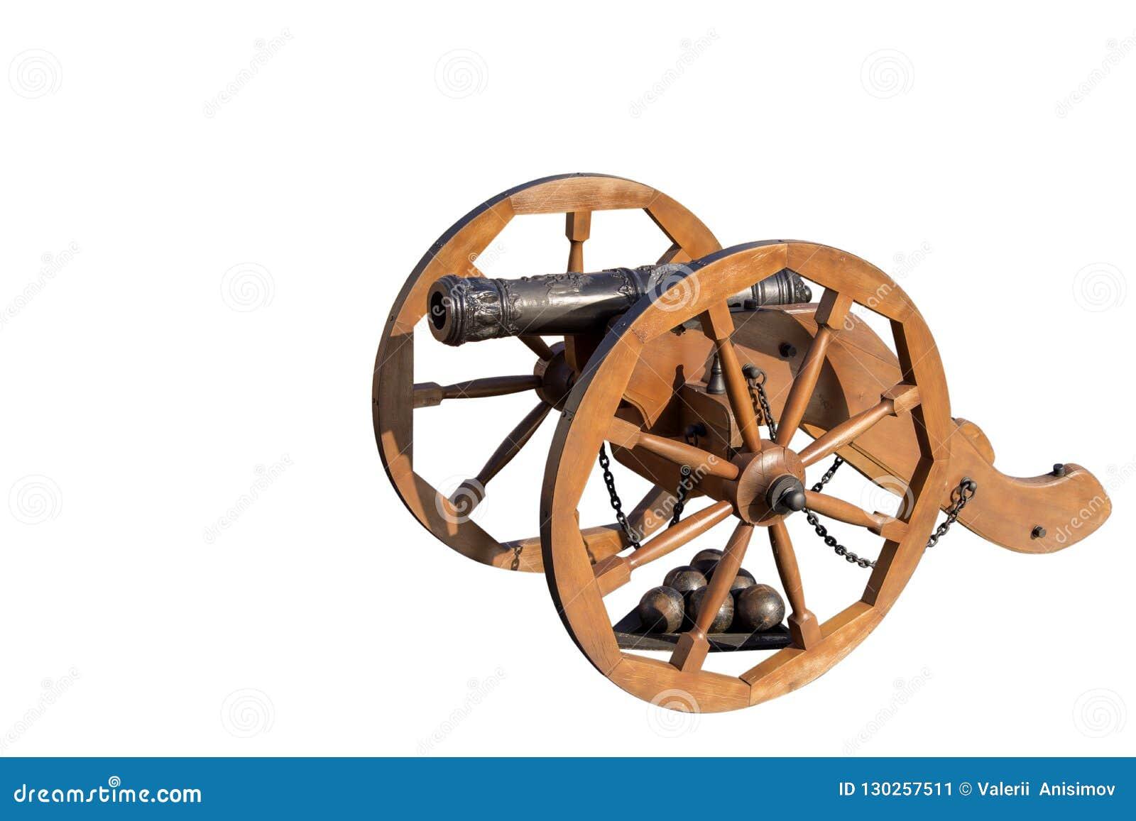 De lay-out van het oude kanon op een houten vervoer Onder de po Ka gestapelde ijzerkern isoleer