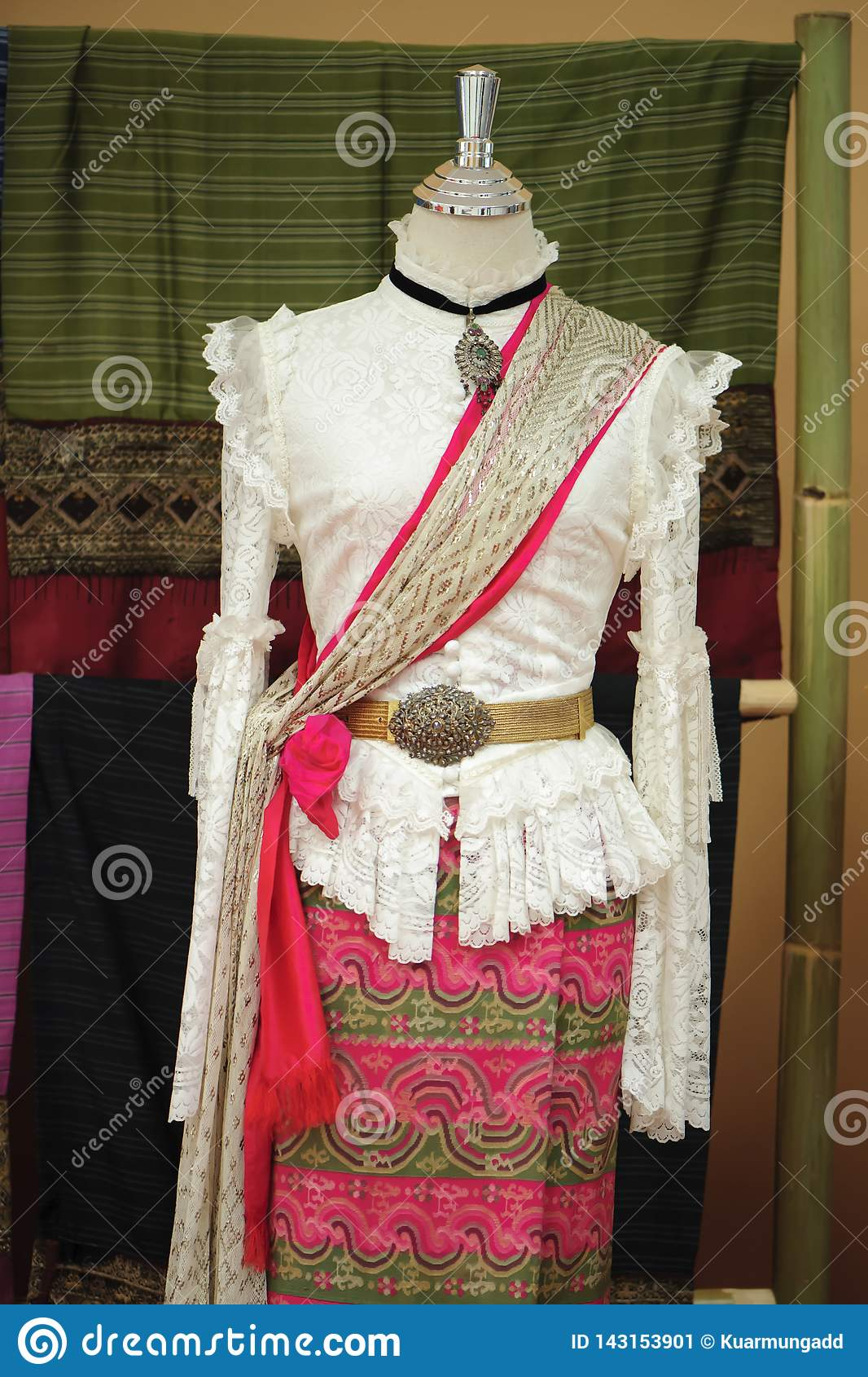 De ledenpoppen tonen het dragen van hand-woven zijdekleding