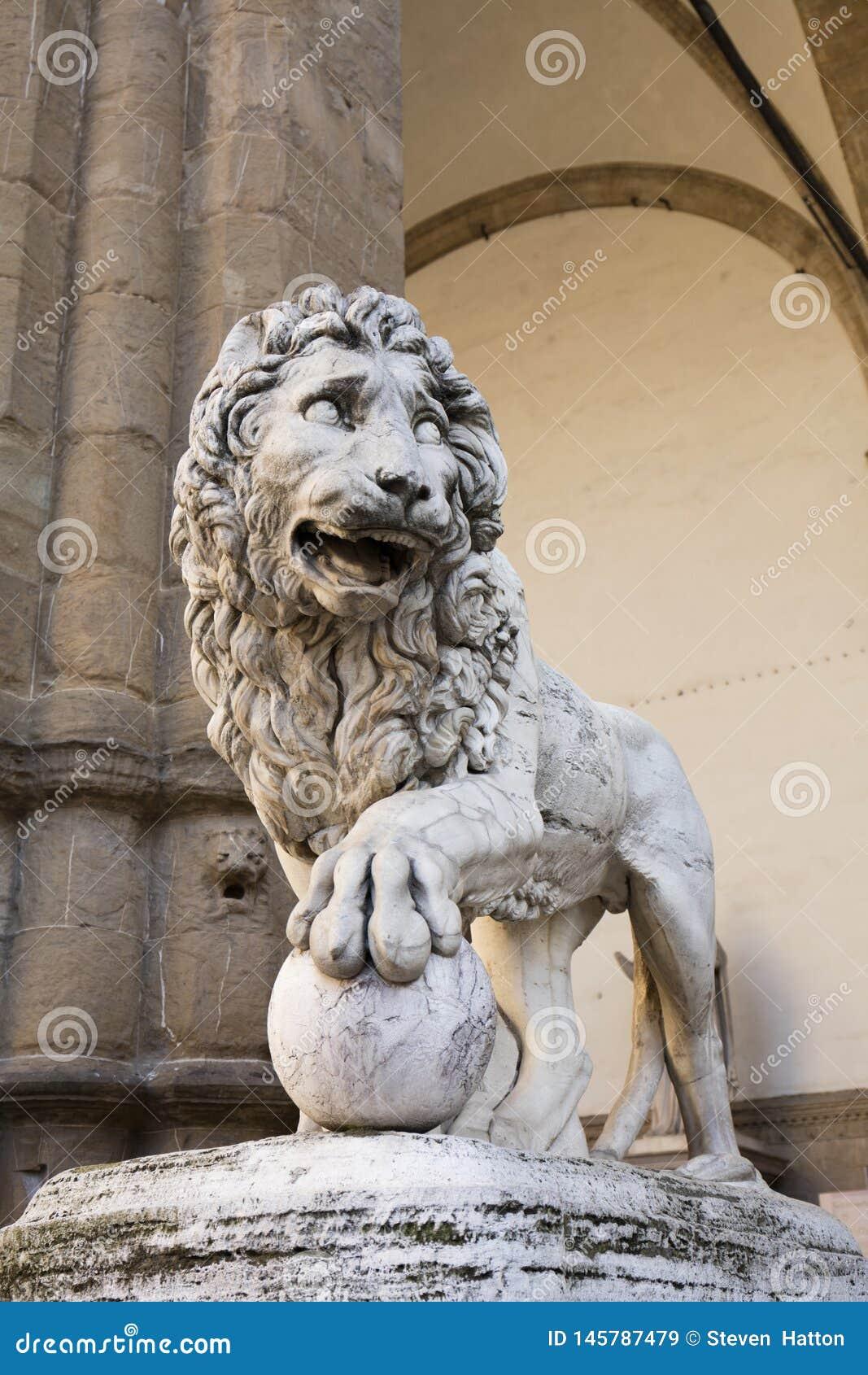 De Leeuw van Vacca Medici buiten Loggiadei Lanzi in Piazzo-della Signoria in Florence, Italië, 22 Mei 2016