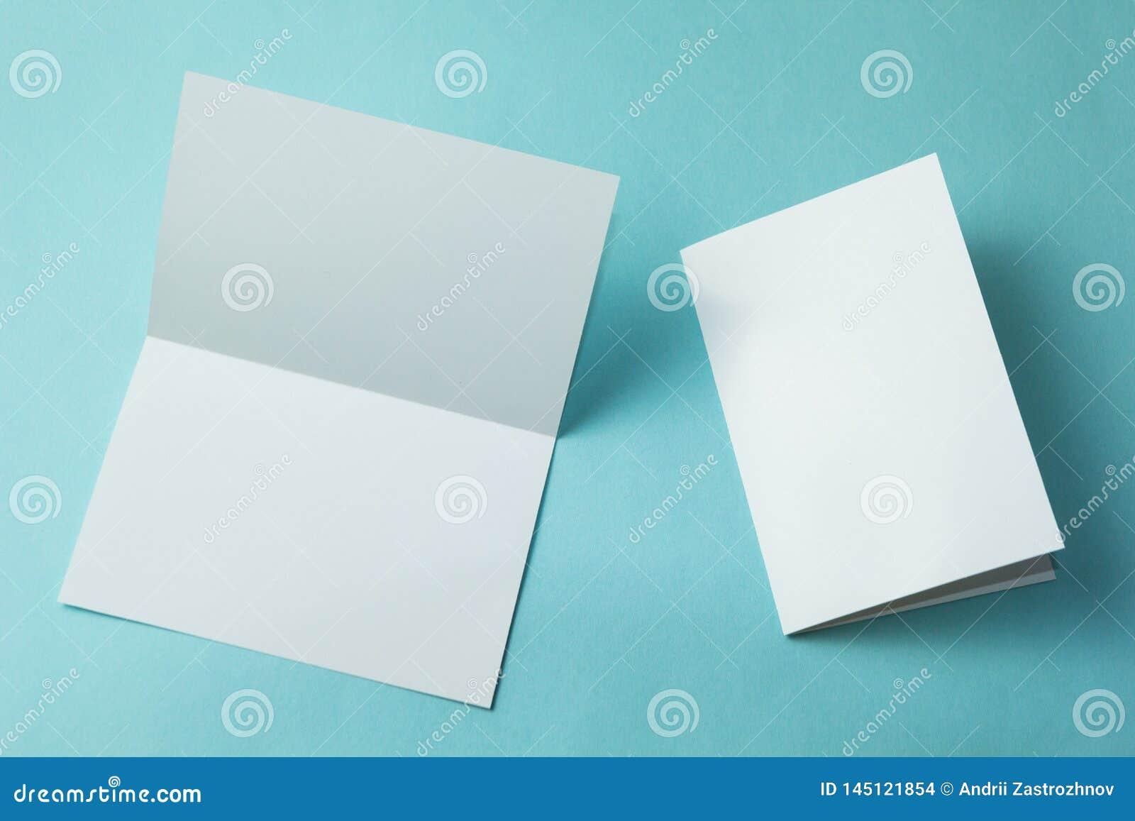 De lege die kaart van de uitnodigingsgroet, brochure op turkoois wordt geïsoleerd, uw ontwerp te vervangen