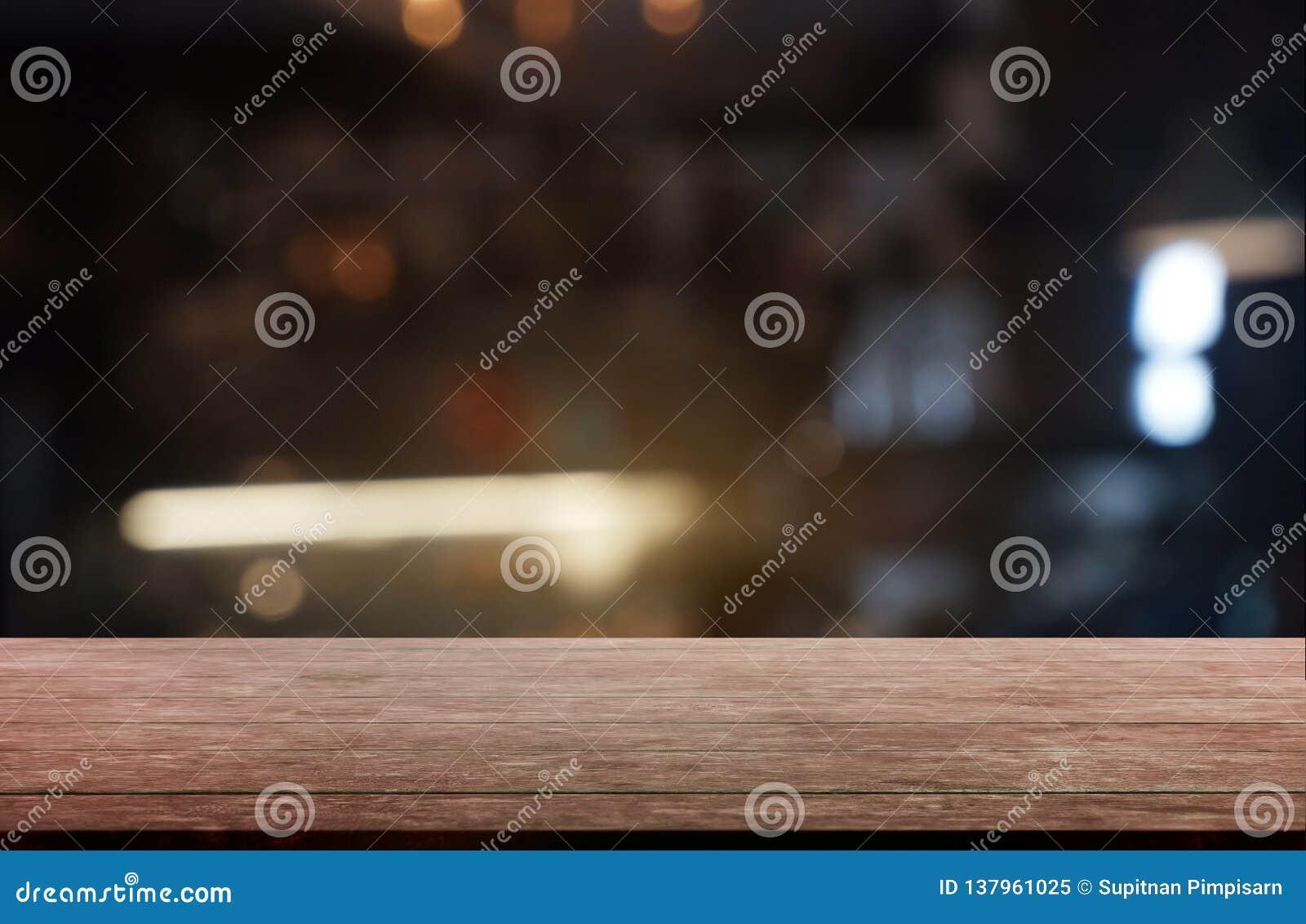 De lege donkere houten lijst voor samenvatting vertroebelde achtergrond van restaurant, koffie en koffiewinkelbinnenland kan word