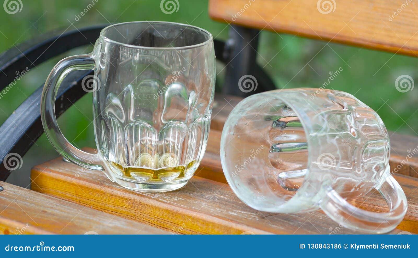De lege glazen bier na partij knoeien concept