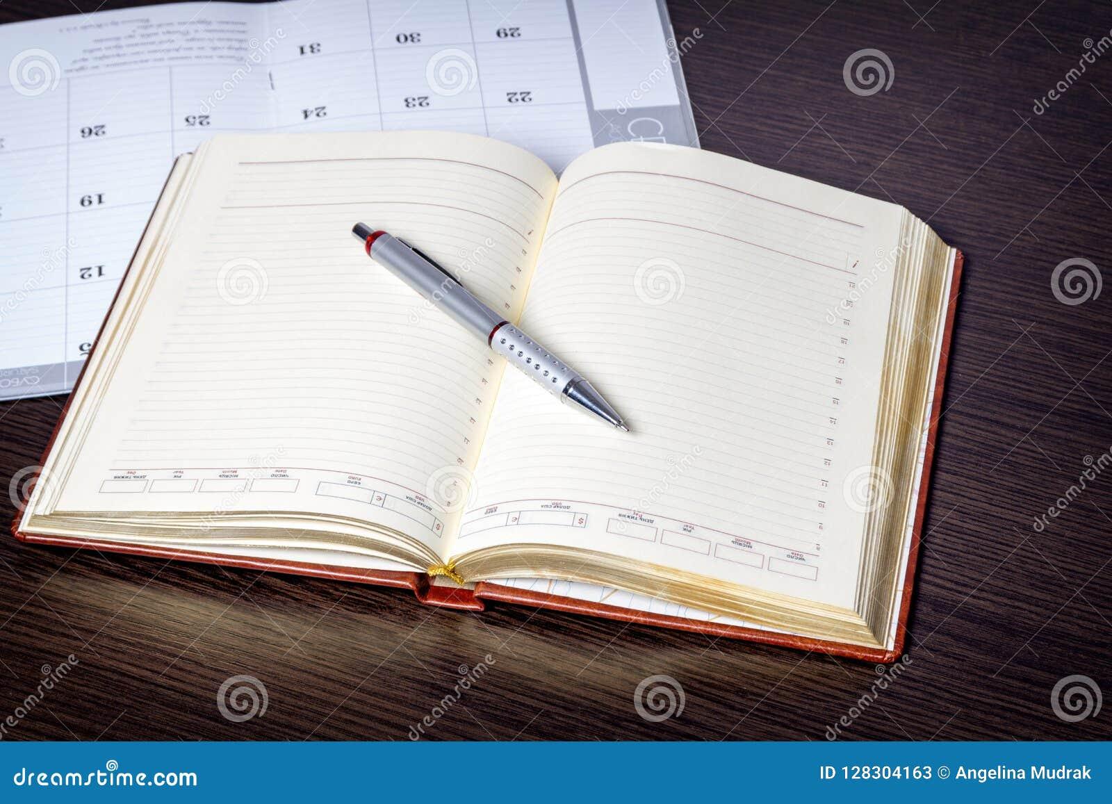 De lege ring bond schrootboek op een rustieke houten achtergrond in landschap of horizontale richtlijn met exemplaarruimte aan