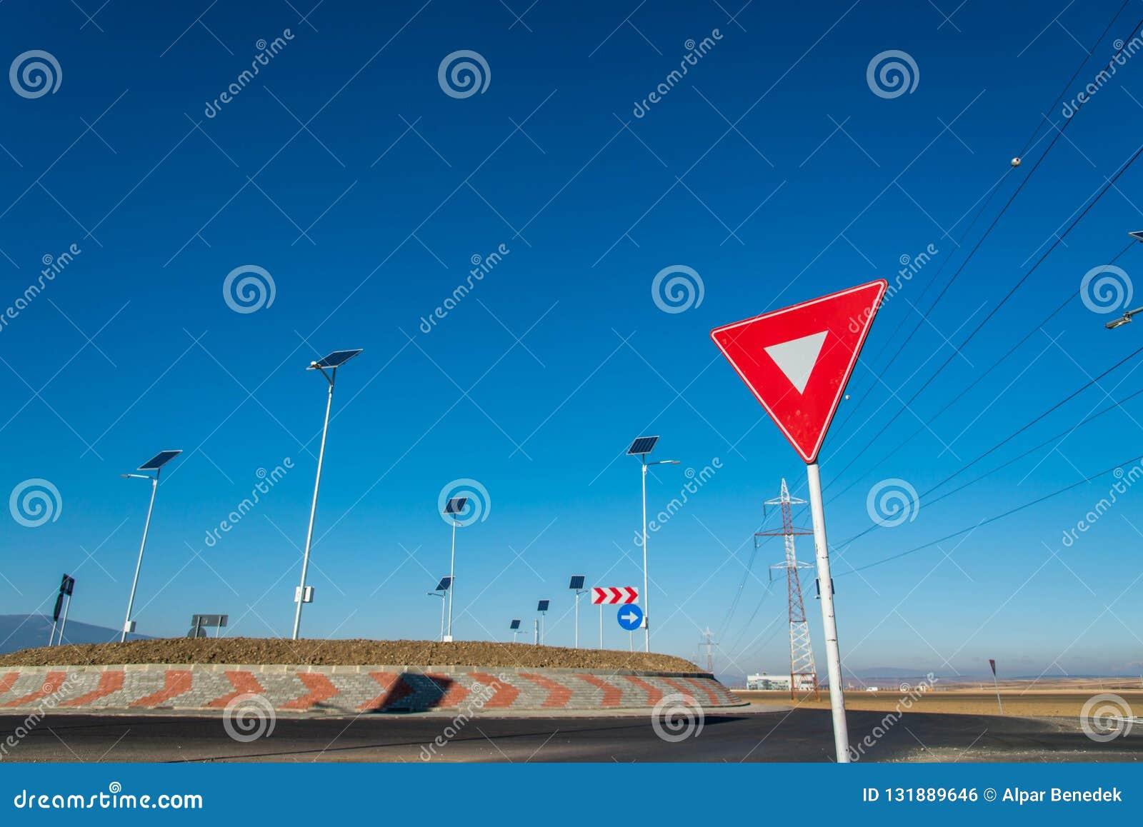 De lege rotonde, nadruk op geeft straatteken uiting