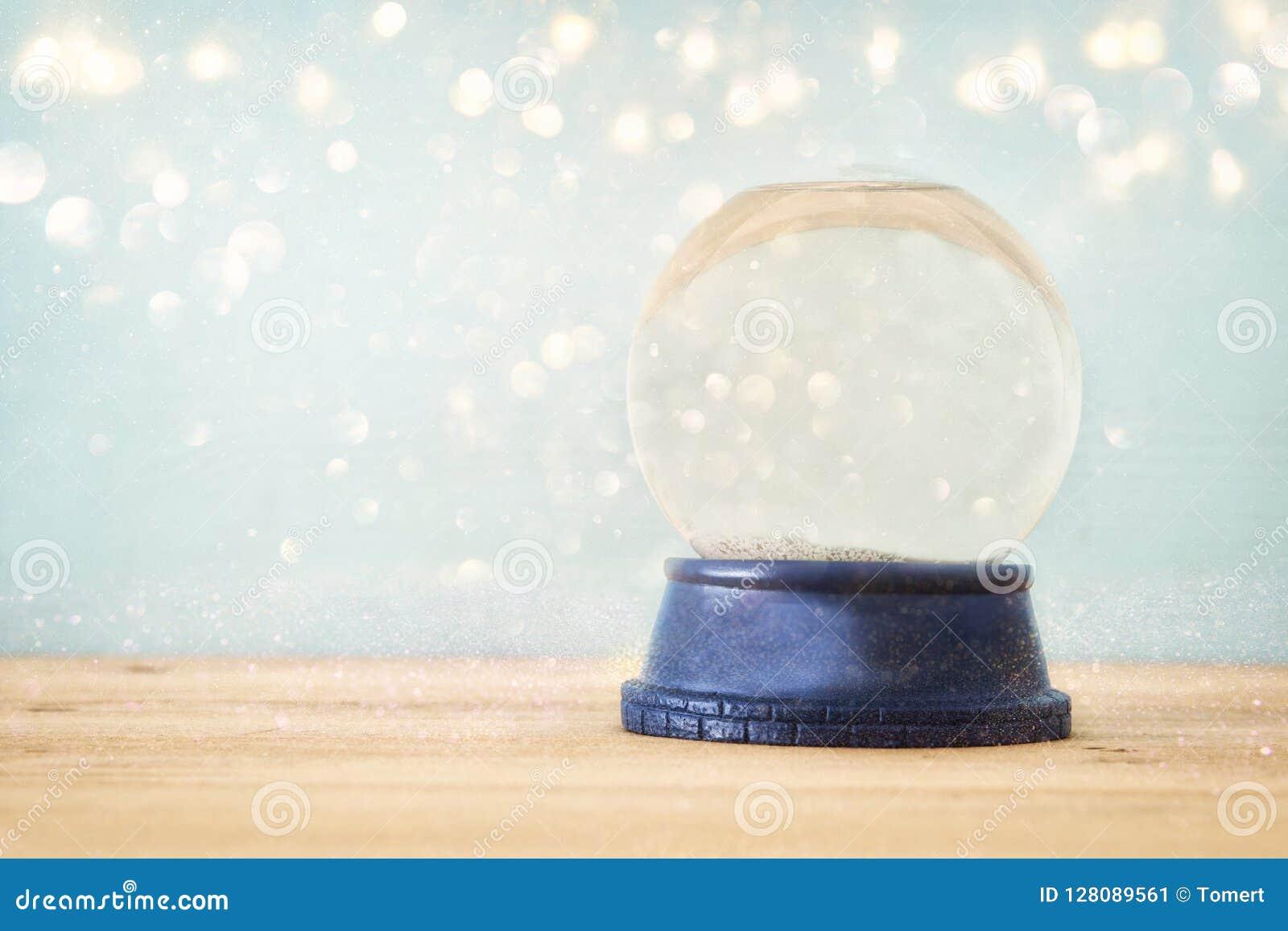 De lege Sneeuwbol over houten lijst met schittert bekleding Magisch Kerstmisconcept De ruimte van het exemplaar