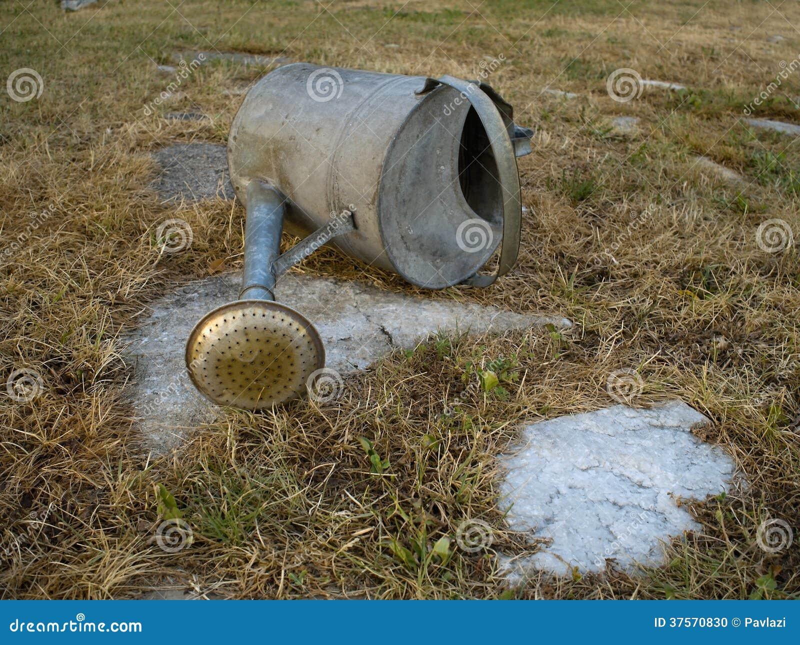 De lege tuin kan en uitgedroogd gras tijdens droog seizoen stock foto afbeelding 37570830 - Foto droge tuin ...