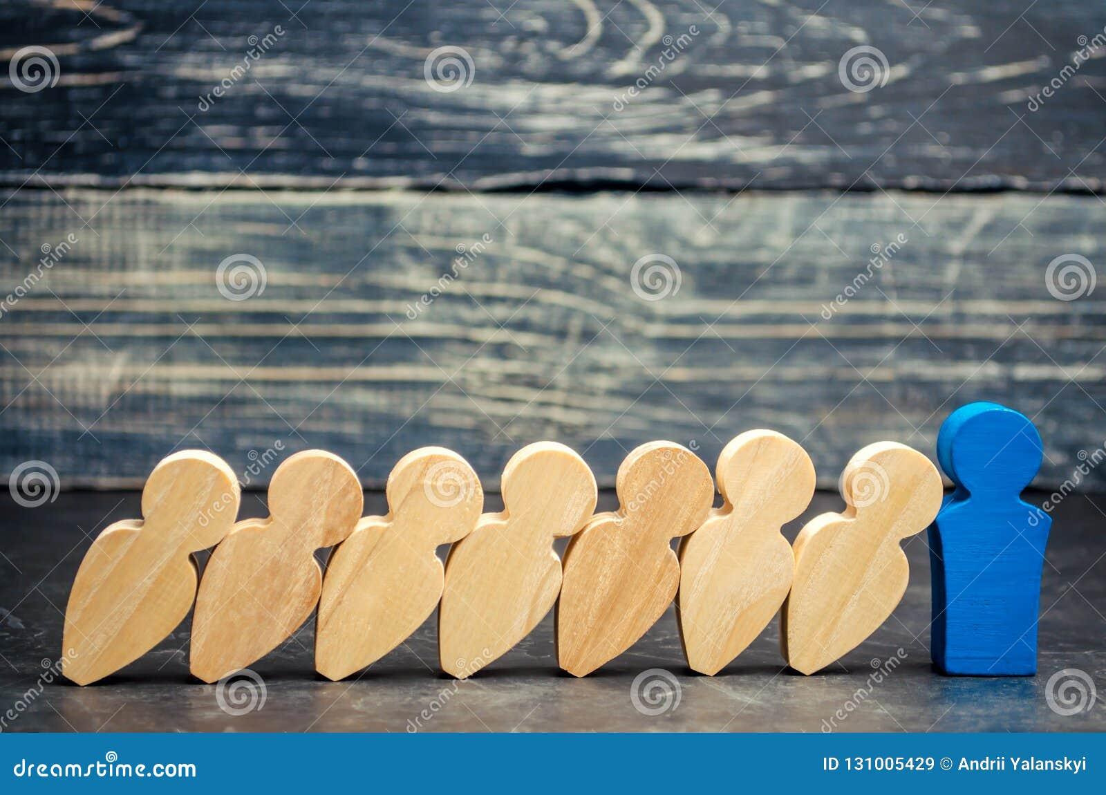 De leiderszakenman houdt dalende domino s tegen Sterke en betrouwbare werkgever Moeilijkheden in zaken en hun oplossing ondersteu
