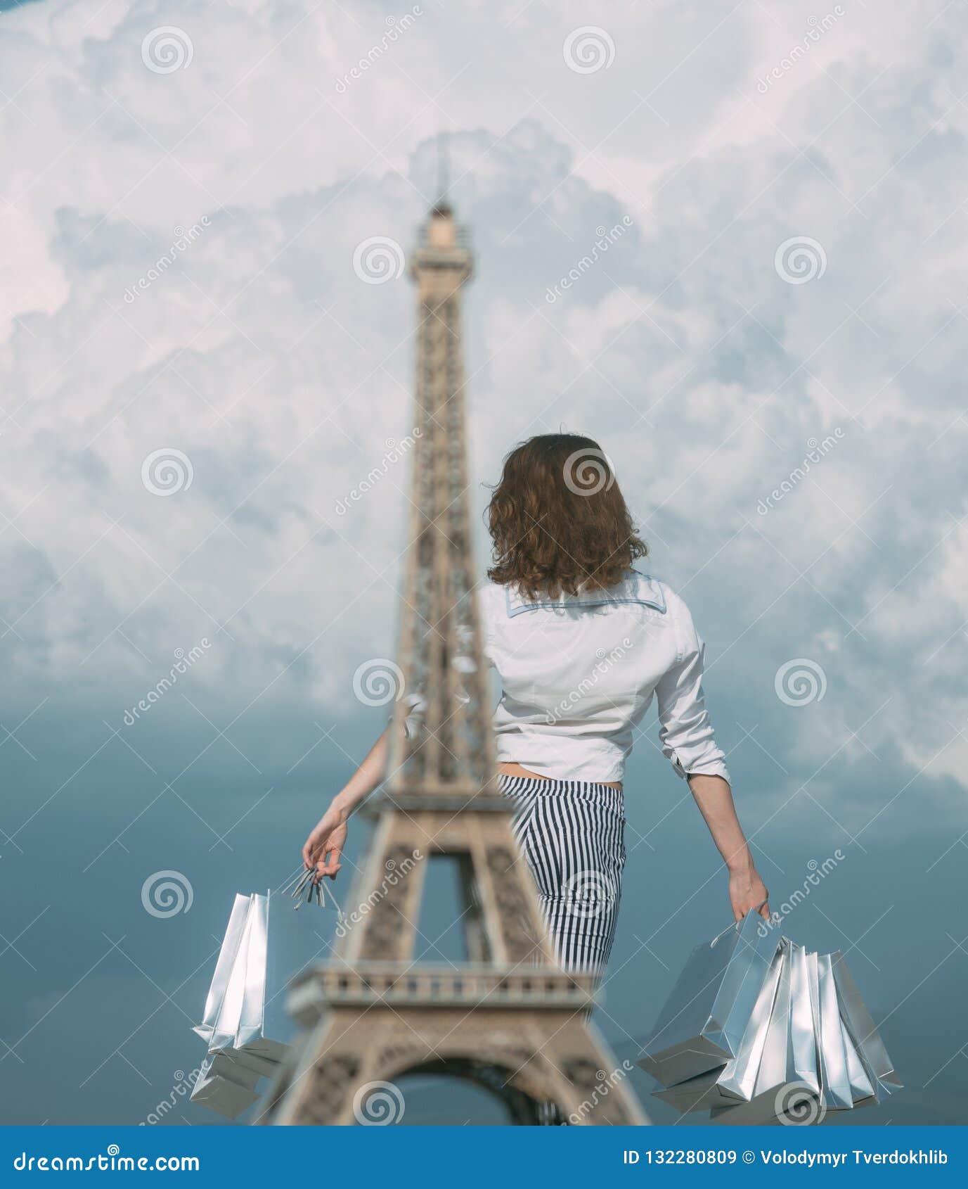 De lente die in Frankrijk winkelen Meisje het gelukkige winkelen Het winkelen zakken en verkoop