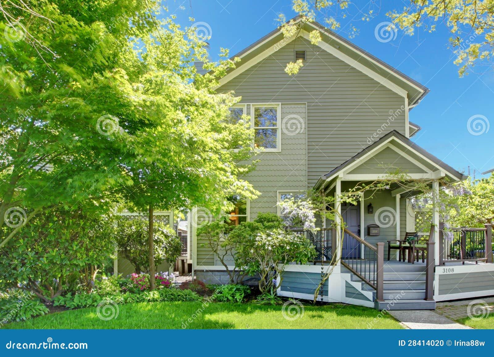 De lente grijze buitenkant van het huis met ingangsportiek stock foto beeld 28414020 - Buitenkant thuis ...
