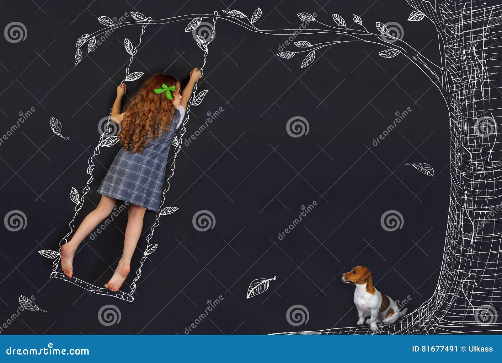 De lente krullend meisje op een schommeling