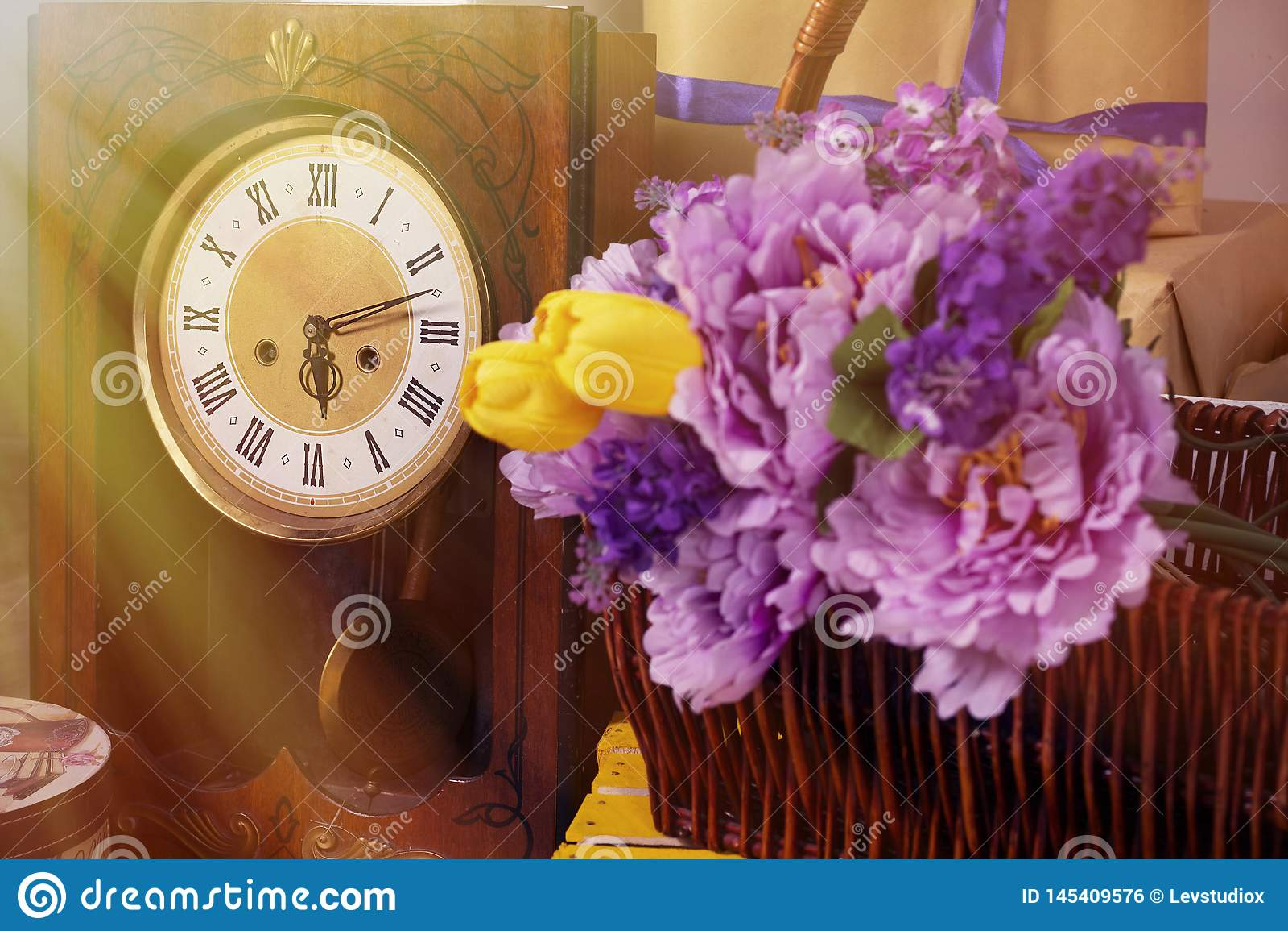 De lentefoto met retro klokbloemen in een manddoos