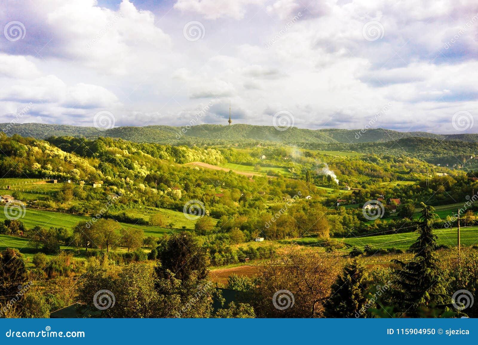De lentelandschap van het Nationale Park Fruska Gora, Servië