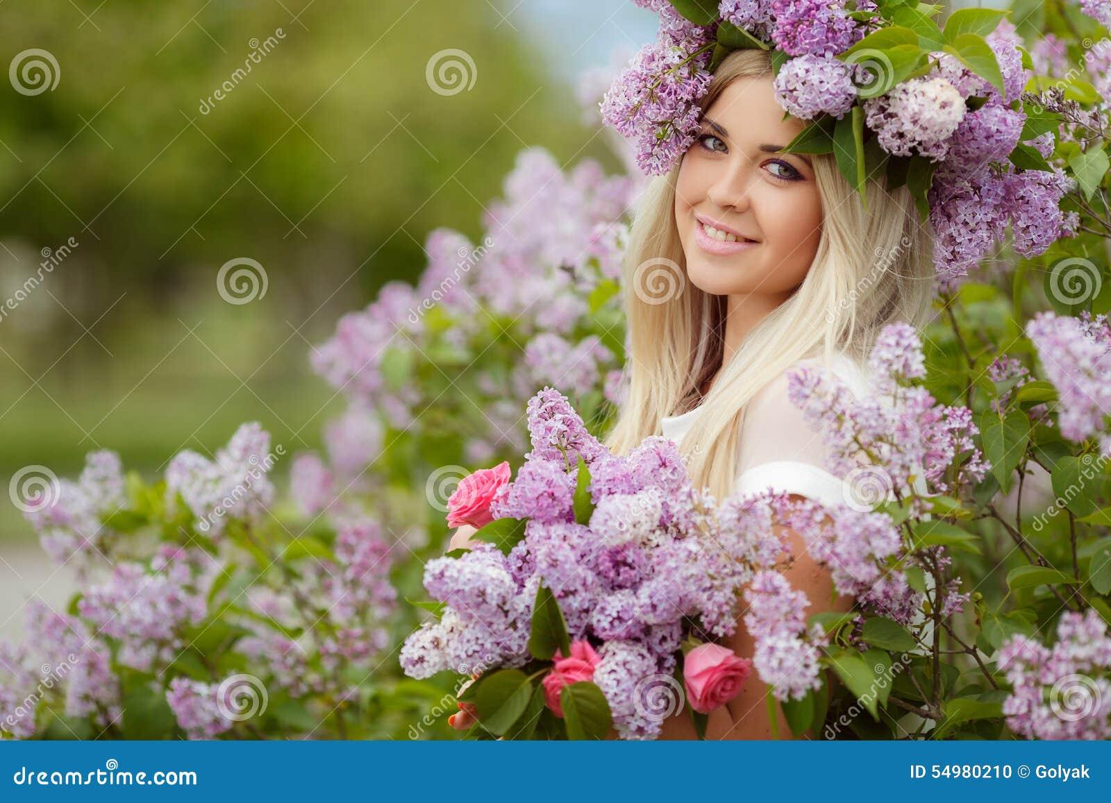 De lenteportret van een mooi meisje met sering