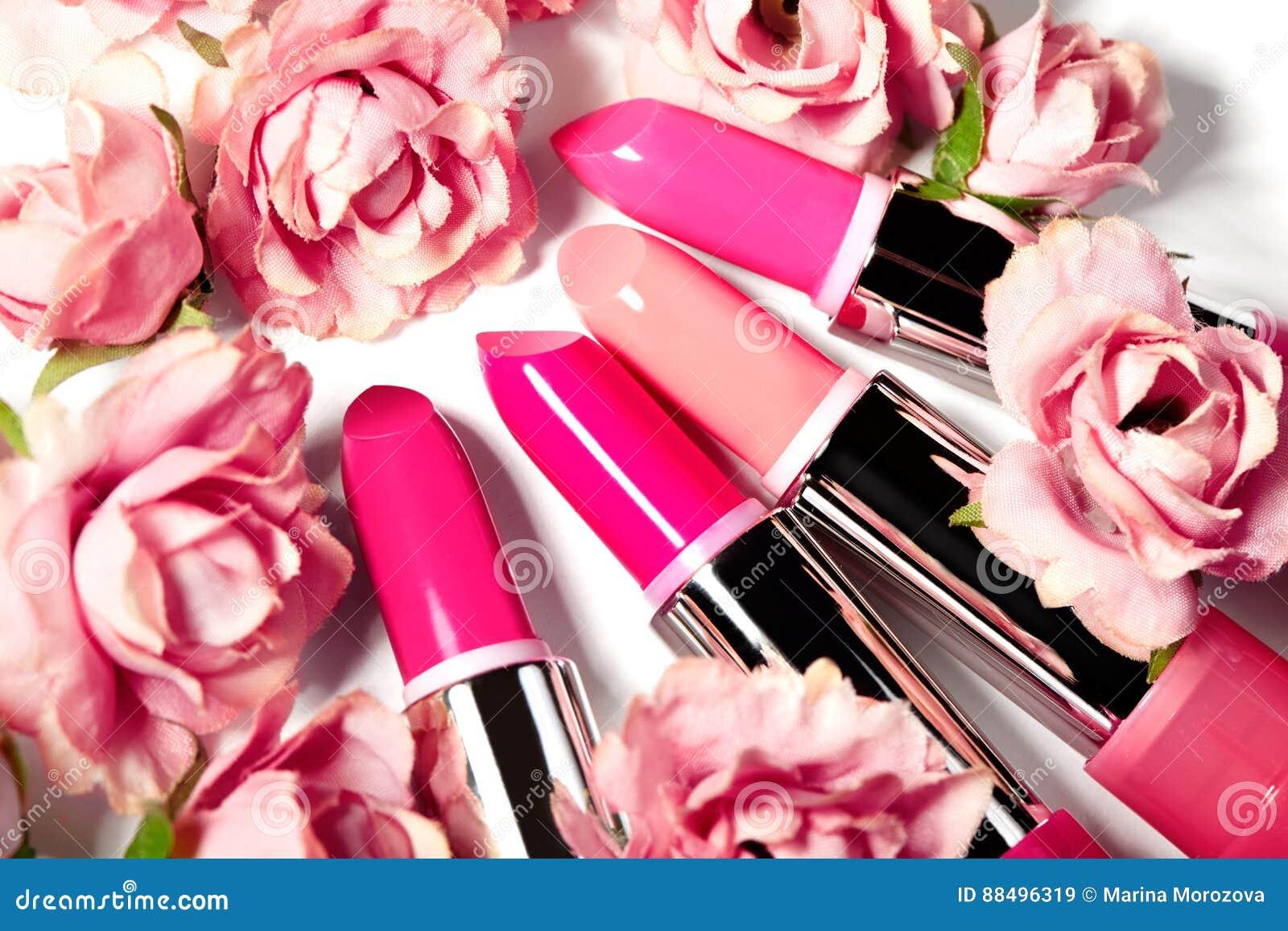 De lentereeks lippenstiften in roze bloemen Schoonheids kosmetische inzameling Modetrends in schoonheidsmiddelen, heldere lippen