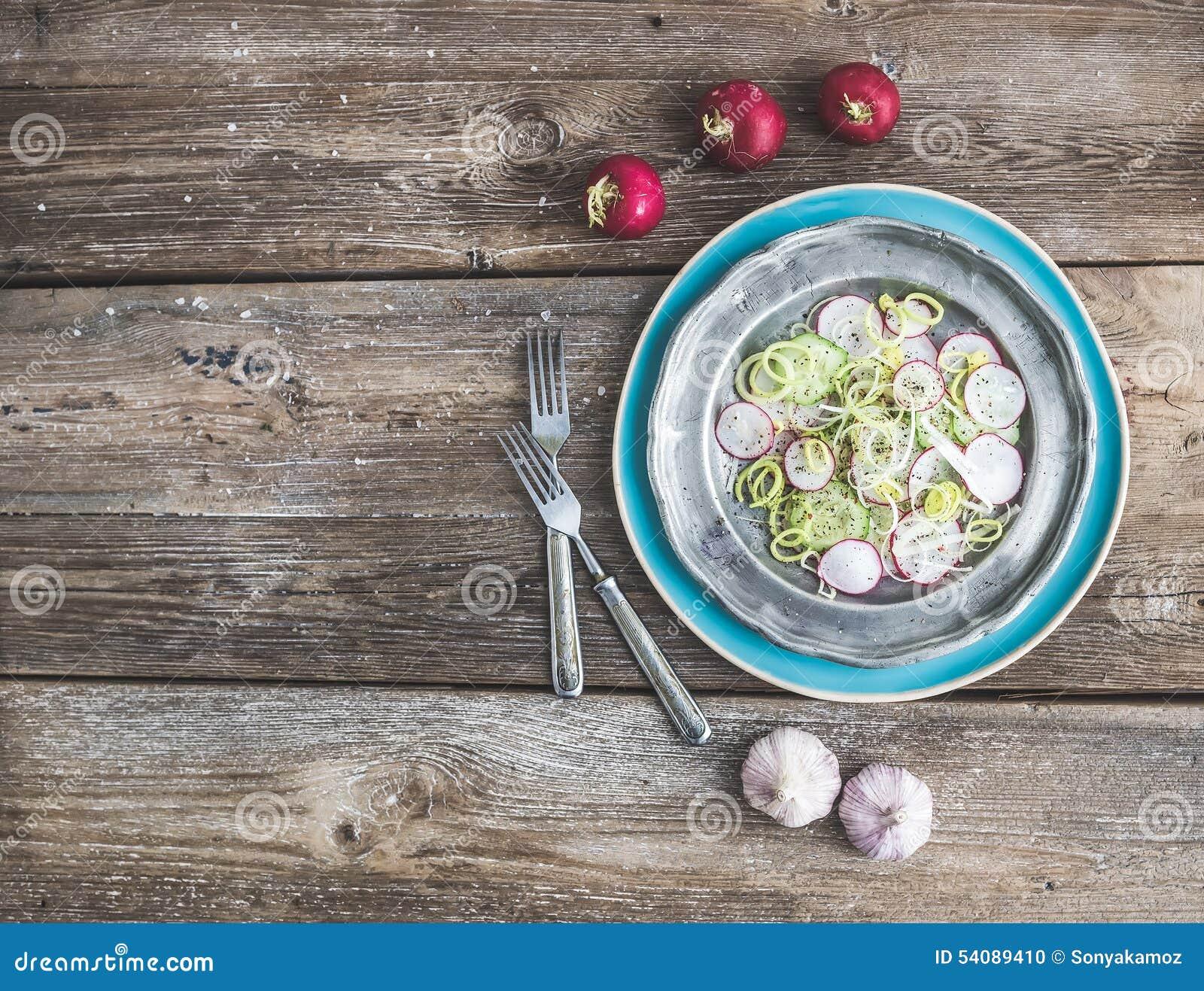 De lentesalade met binnen prei, radijs en komkommer