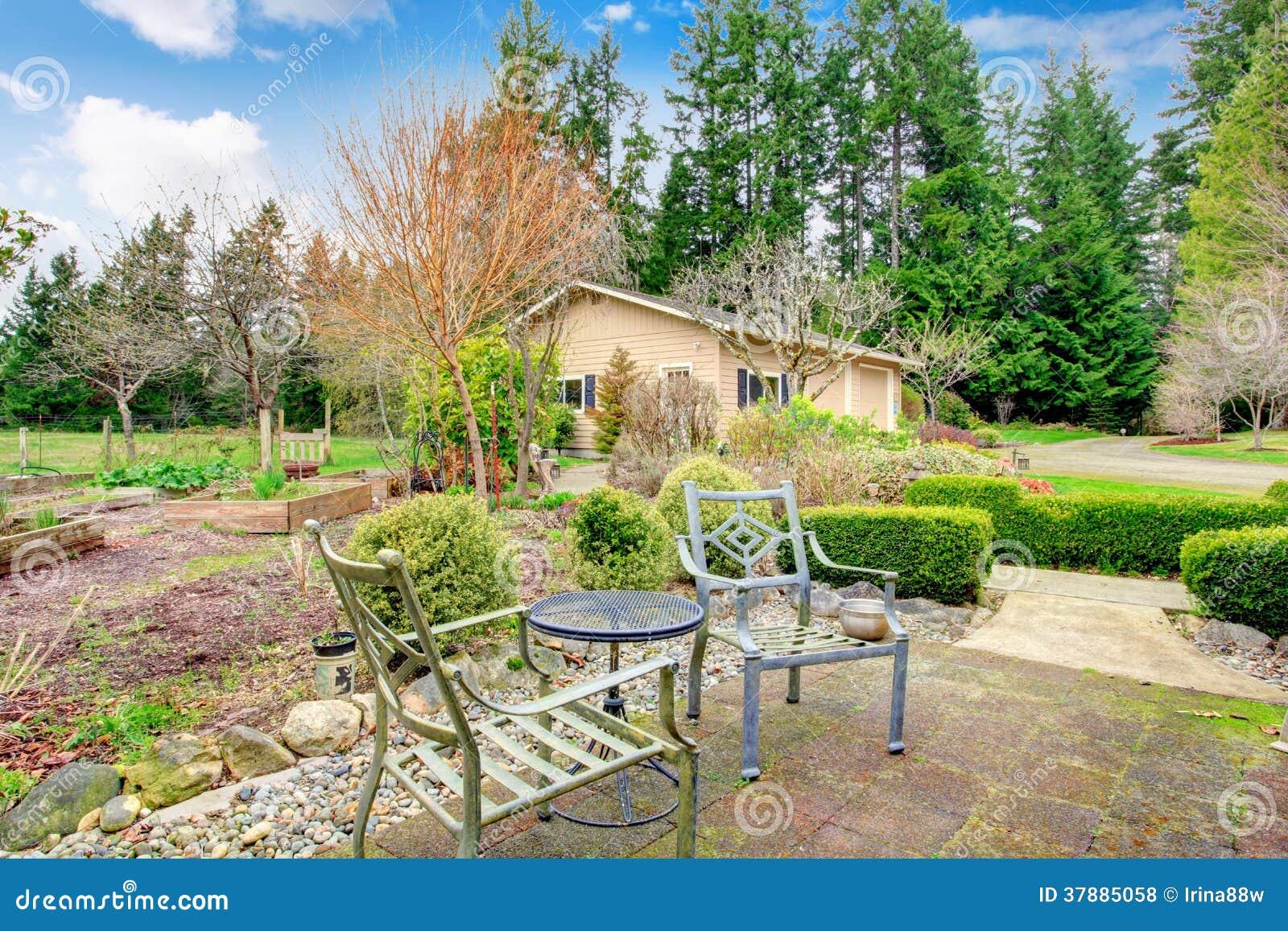 De lentetuin met antieke stoelen en lijst