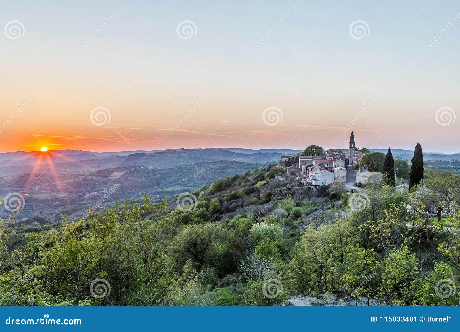 De lentezonsondergang in Draguc, Istria, Kroatië