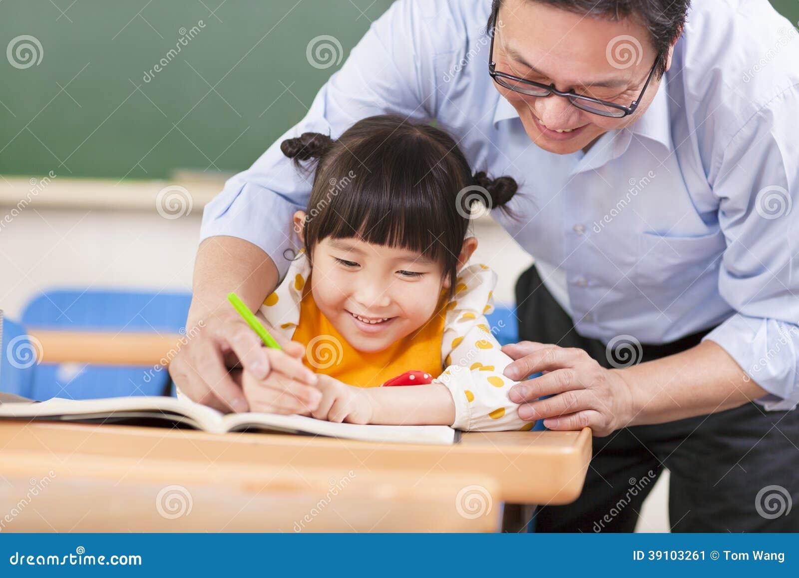 De leraar onderwijst een student aan het gebruiken van een potlood