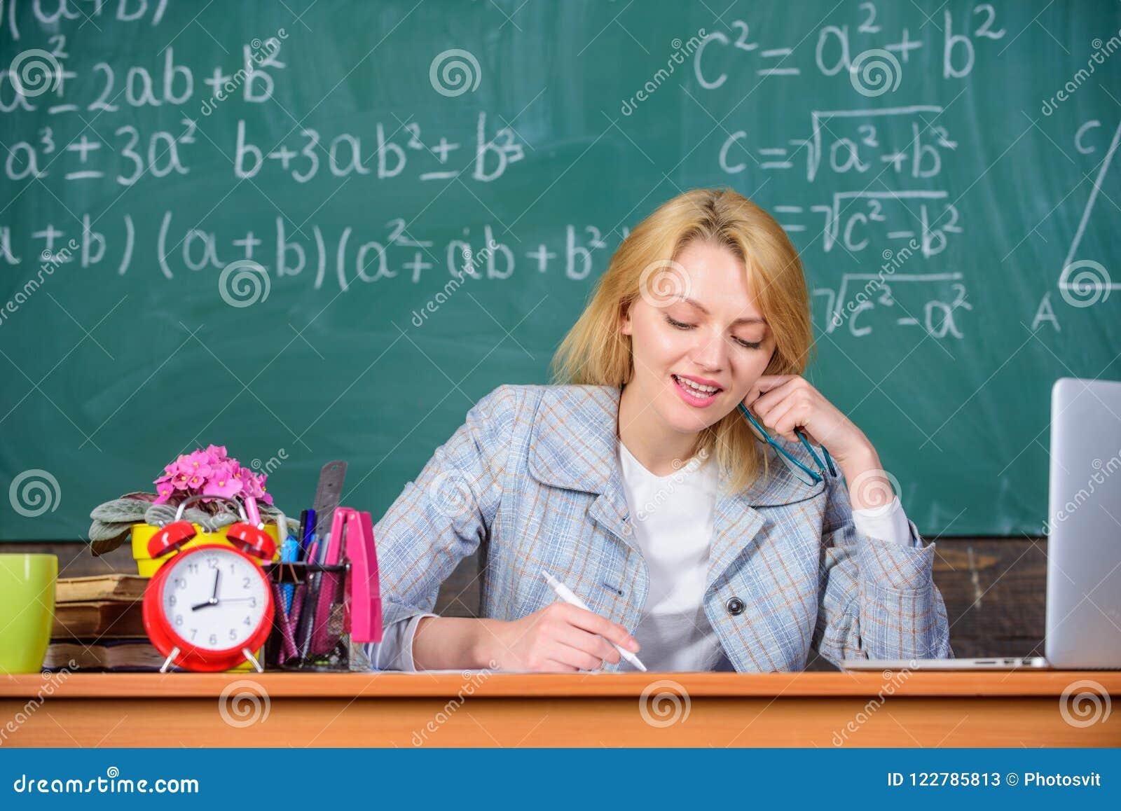 De leraarsvrouw zit de achtergrond van het lijstbord Uitstekende communicability en interpersoonlijke vaardigheden Goed georganis