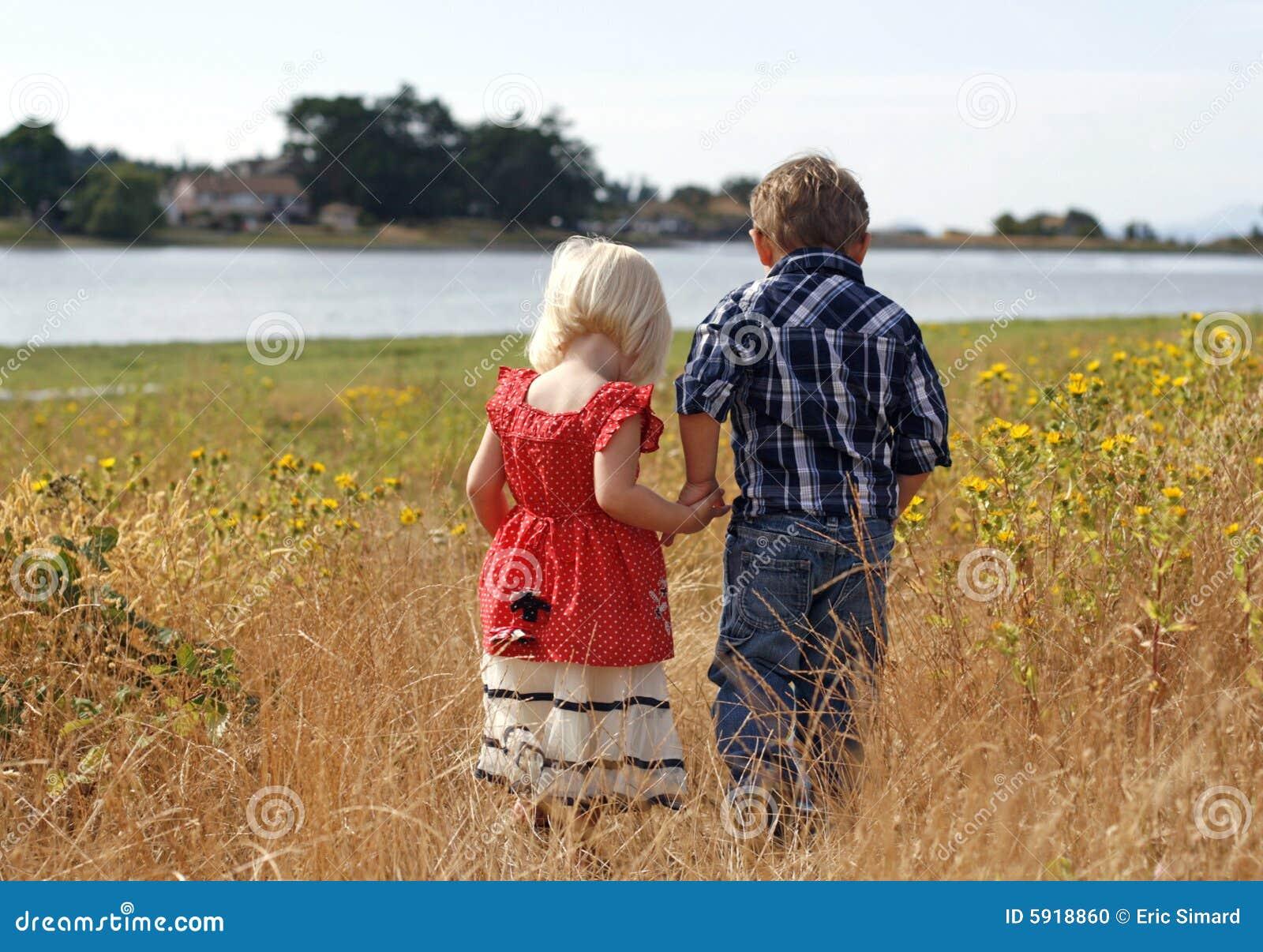 De leuke Handen van de Holding van het Meisje en van de Jongen