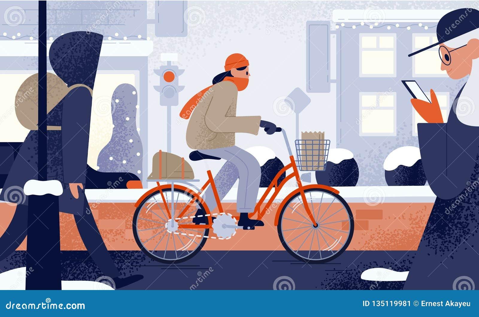 De leuke jonge vrouw kleedde zich in bovenkledings berijdende fiets in de winter Meisje het cirkelen langs sneeuwstadsstraat in k