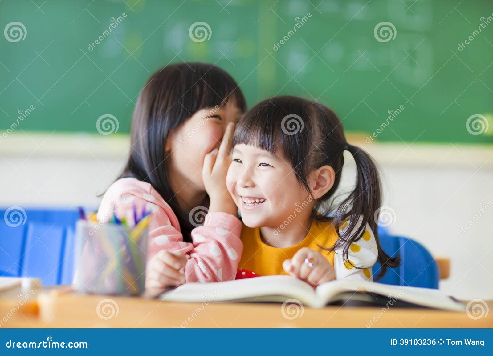 De leuke meisjes fluisteren aan zuster