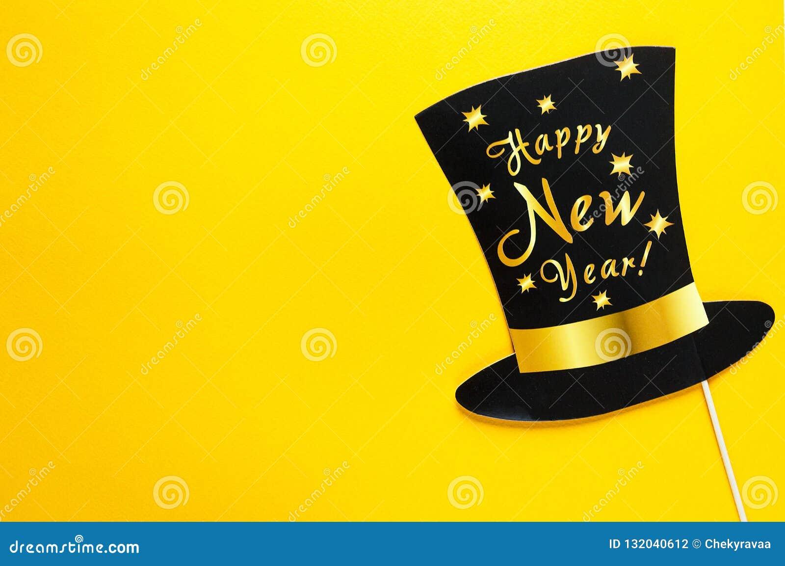De leuke toebehoren van partijsteunen op kleurrijke gele achtergrond, de gelukkig nieuw viering van de jaarpartij en vakantieconc