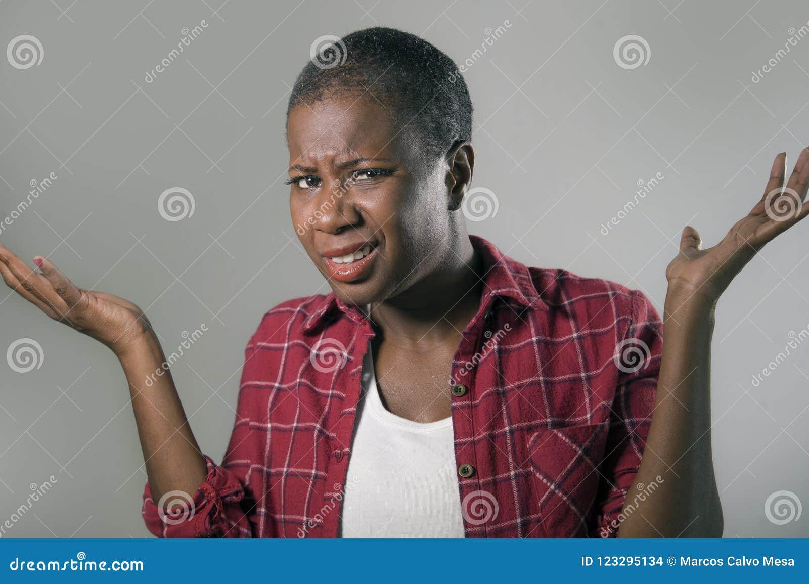 De levensstijl isoleerde portret van het jonge mooie en ongelukkige zwarte Afrikaanse Amerikaanse vrouw gesturing met handen en g