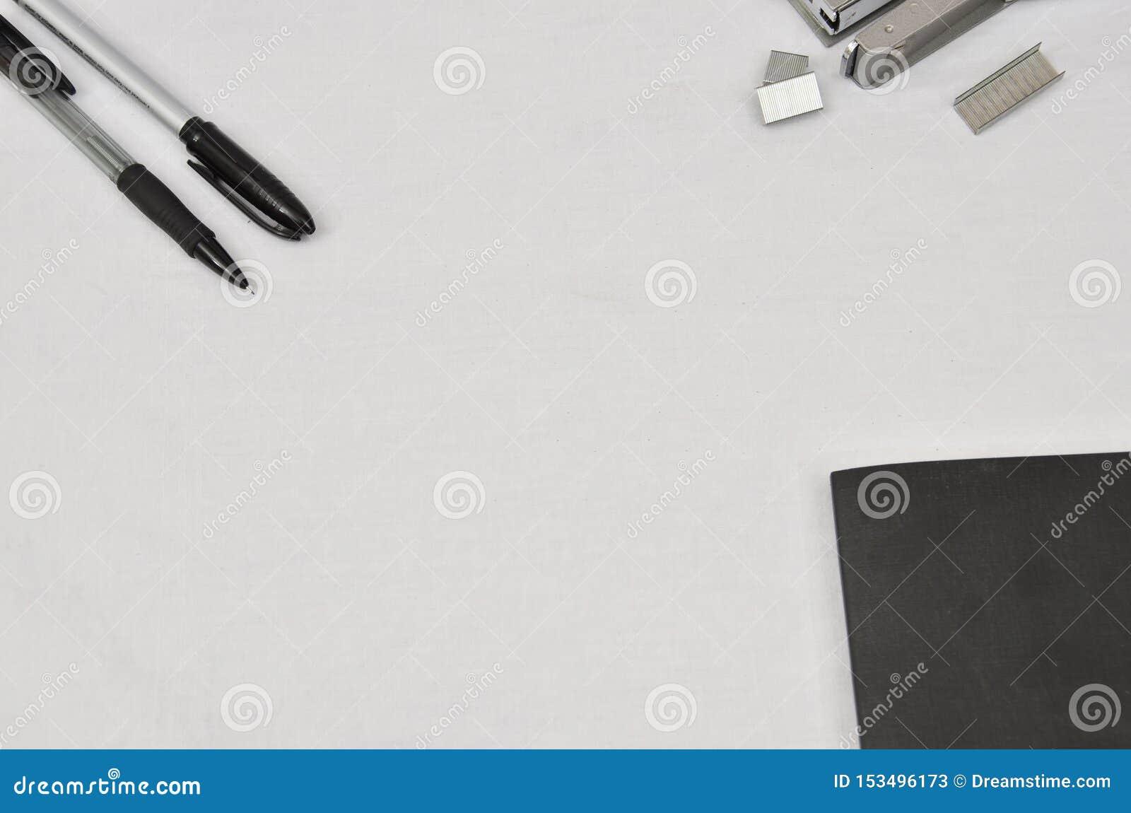 De levering van het bureau op witte achtergrond
