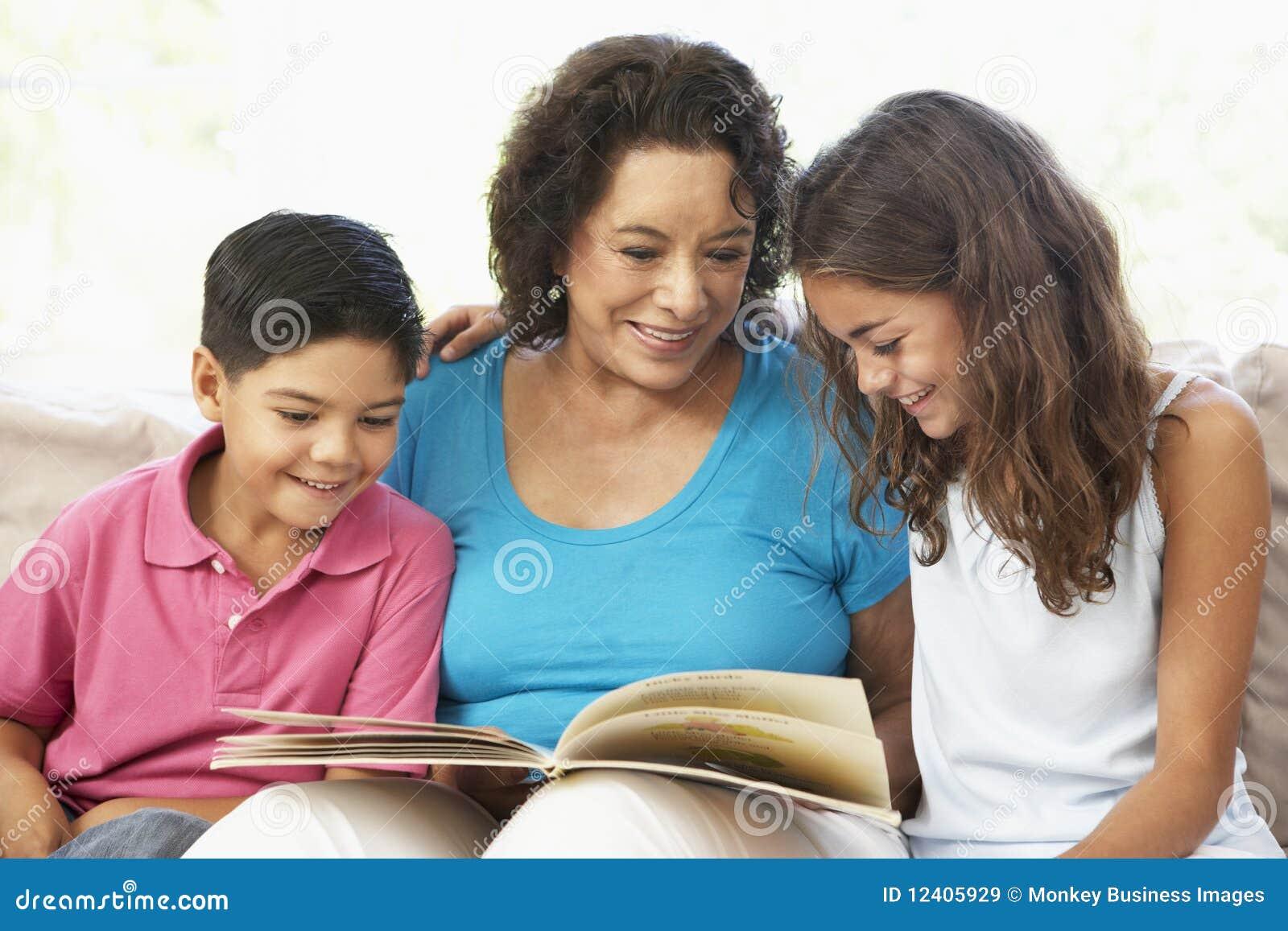 De Lezing van de grootmoeder met GrandchildrenTog