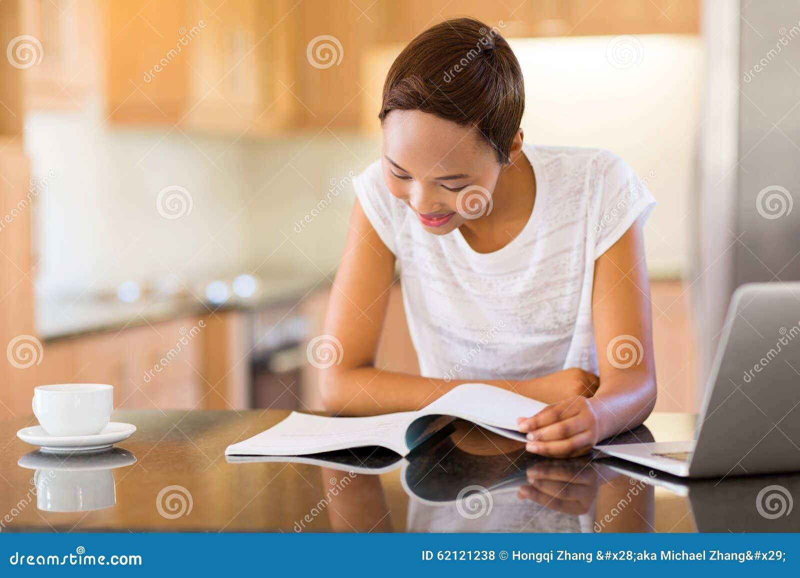 De lezing van het meisje thuis