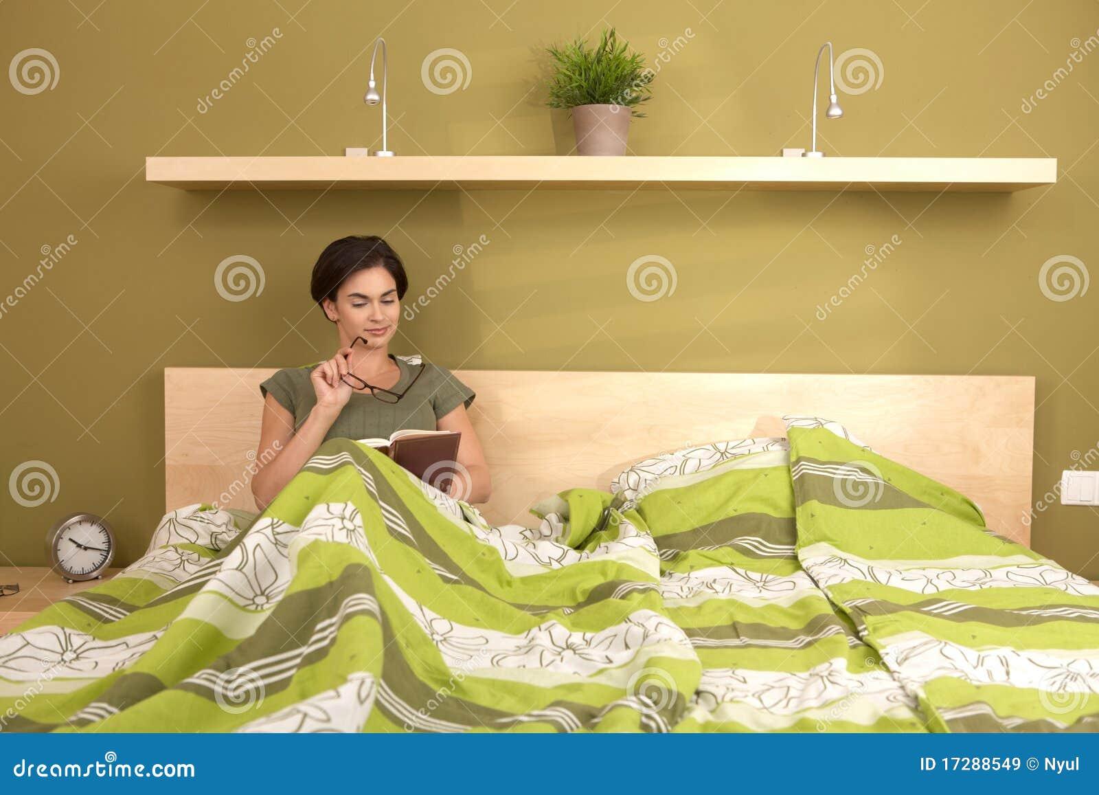 De lezingsboek van de vrouw in bed