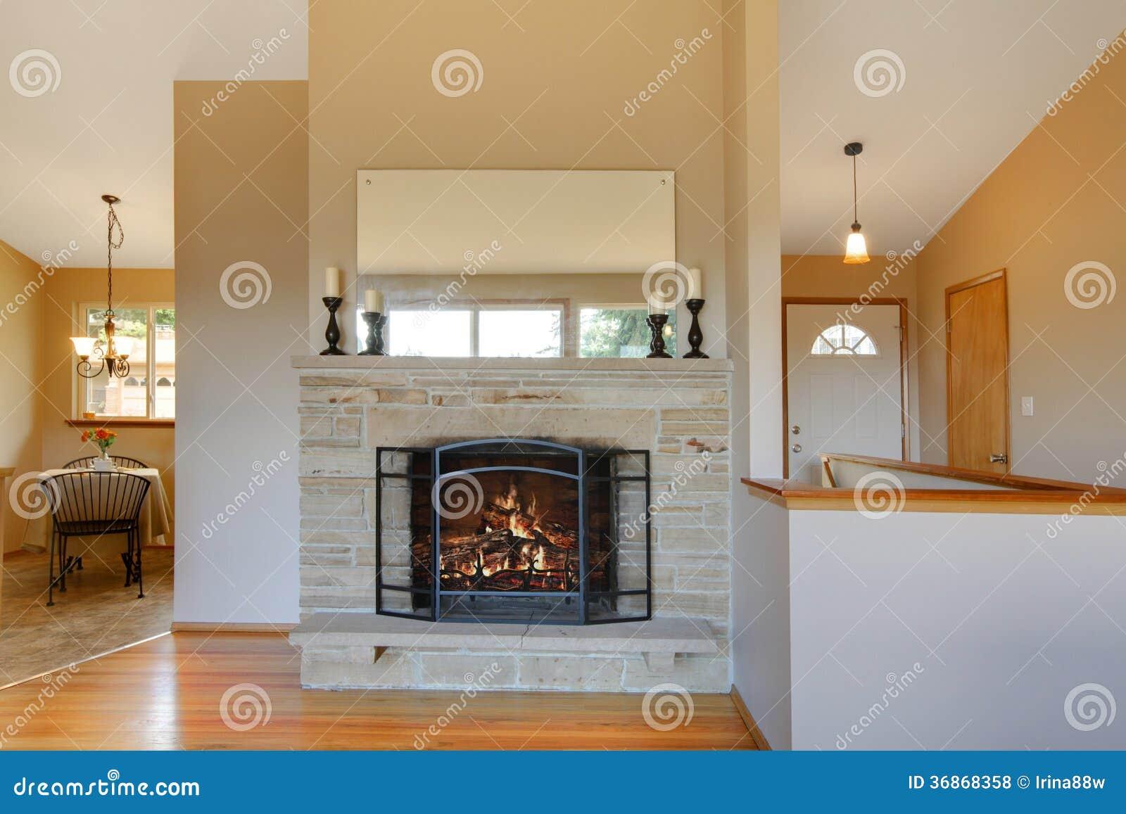 De lichte warme tonenopen haard is een groot idee voor uw woonkamer stock foto afbeelding - Warme kleur voor de woonkamer ...