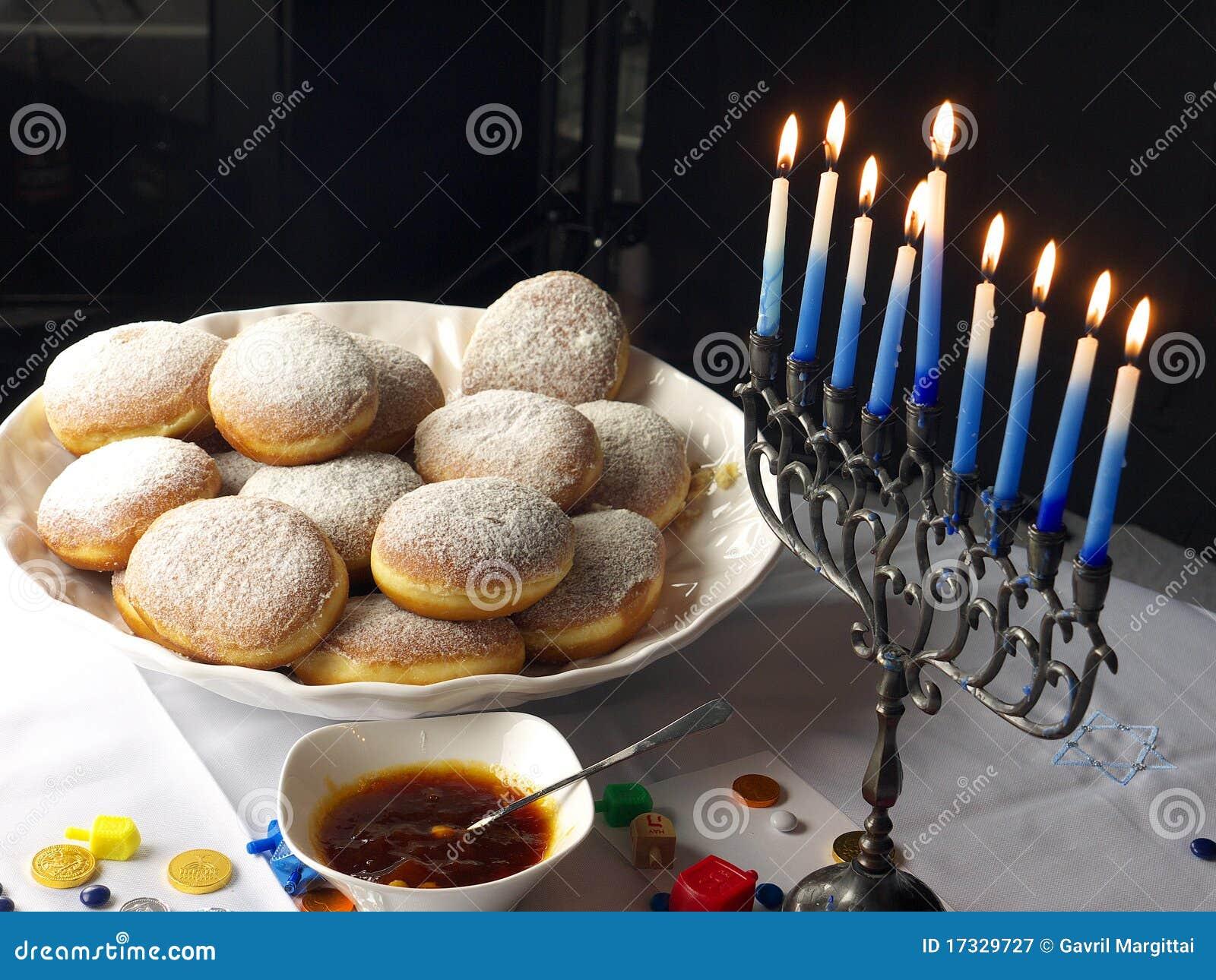 De lichten van de Chanoeka en donuts
