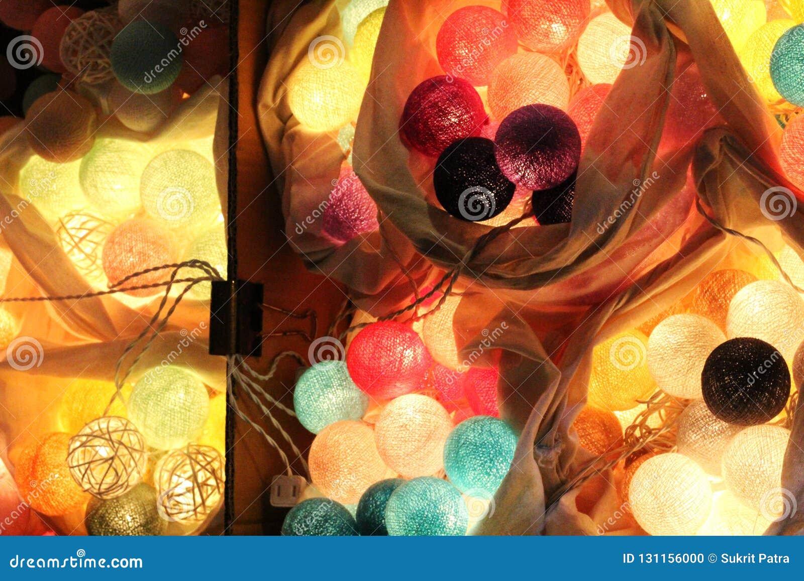 De lichten van de pingpongbal zijn kleurrijk en kleurrijk, als decoratie van een winkel of een mooi huis